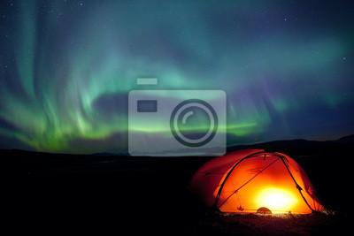 Zorza polarna nad długodystansowe namiocie