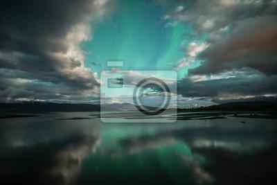 Naklejka Zorza polarna Taniec nad spokojne jezioro w Park Narodowy Abisko