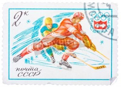 ZSRR - CIRCA 1976: Stempel drukowane w Rosji (Związek Radziecki) pokazuje emblemat Zimowych Igrzysk Olimpijskich i Hokej na lodzie, około 1976