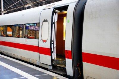 Naklejka Zug im Bahnhof mit offener Tür