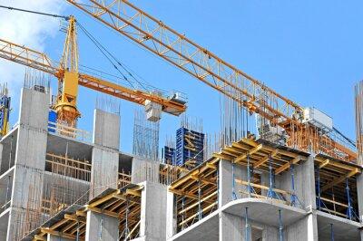 Naklejka Żuraw i budynku budowy przeciw błękitne niebo