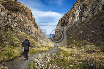 A kobiety spaceru w Parku Narodowym Torres del Paine w Chile