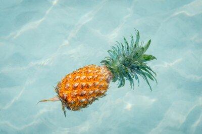 Obraz Ananas w wodzie na słonecznej plaży