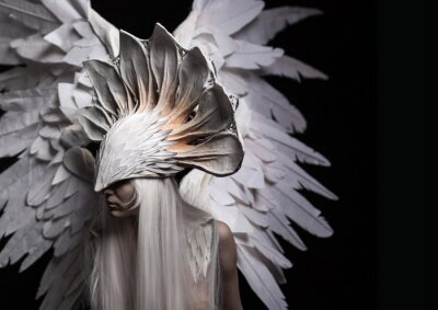 Obraz Anioł, kostium, Pojęcie, cinematic, portret młodej dziewczyny i białą perukę, która niesie ze sobą dużą białą maskę i duży biały skrzydła. Dramatyczny