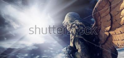 Obraz Antyczna statua cudowny anioł w promieniach słońce. Architektura, archetype, religia, koncepcja wiary.