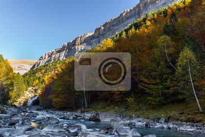 Arazas rzeka przy Gradas Soaso, Ordesa i Monte Perdido park narodowy, Huesca, Hiszpania
