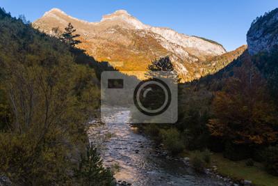 Arony rzeka przy Bujaruelo doliną, Ordesa i Monte Perdido parkiem narodowym, Huesca, Hiszpania