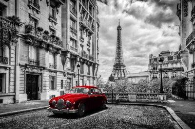 Obraz Artystyczne Paryż, Francja. Wieża Eiffla widać z ulicy z czerwonym retro limuzyna samochodu.