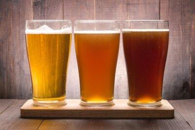 Obraz Asortyment szklanki piwa na drewnianym stole