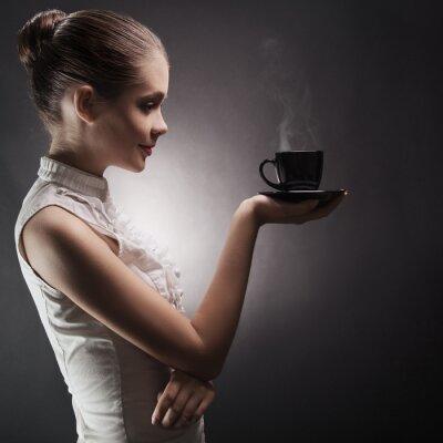 Obraz Atrakcyjna kobieta z aromatycznej kawy w dłoni