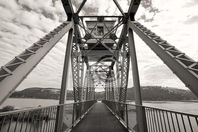 Obraz B & W rower most nad jeziorem.