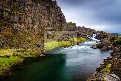 Bach przed klifu w Islandii