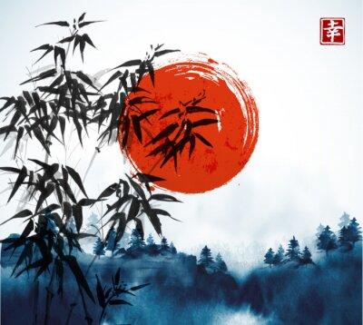 Obraz Bambusowe drzewa, las we mgle i duże czerwone słońce ręcznie rysowane tuszem. Tradycyjne orientalne malowanie tuszem sumi-e, u-sin, go-hua. Zawiera hieroglif - szczęście.