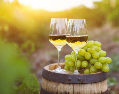 Obraz Białe winogrona i dwa kieliszki wina białego