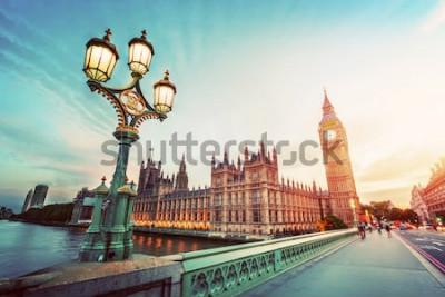 Obraz Big Ben widziany z Westminster Bridge, Londyn, Wielka Brytania. o zachodzie słońca. Światło lampy uliczne retro. Zabytkowe