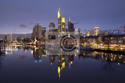 Biznesowej dzielnicy Frankfurtu nad Menem o zachodzie słońca