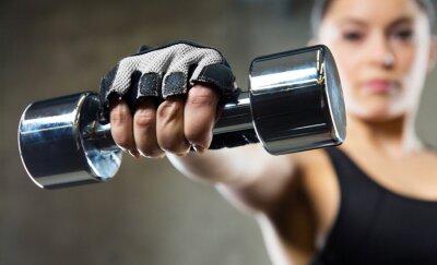 Obraz bliska Sportowy kobieta z hantle stalowej