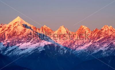 Obraz blisko strzał czerwonawe szczyty górskie podczas słońca