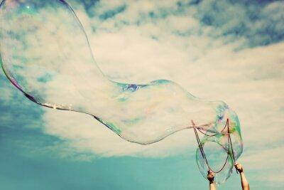 Obraz Blowing wielkie bańki mydlane w powietrzu. Vintage wolności, koncepcje letnie.