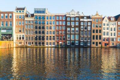 Obraz Budynki wzdłuż Damrak ciągu dnia w Amsterdamie
