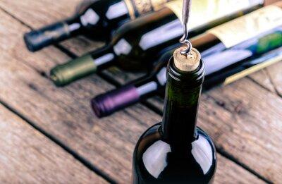 Obraz Butelka wina na drewnianym stole