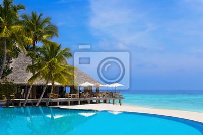 Cafe i basen na tropikalnej plaży