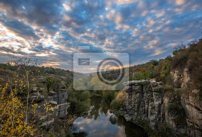Canyon z drzew jesienią i wspaniałego nieba