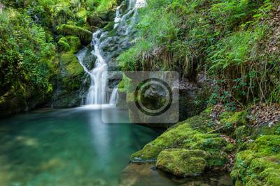 Cascadas cerca del nacedero del Río Zirauntza, Araba (España)