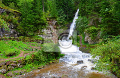 Cavalese wodospad w dolinie Val di Fiemme.South Tyrol, Włochy.