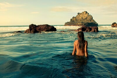 Obraz Chica sentada en la orilla del mar