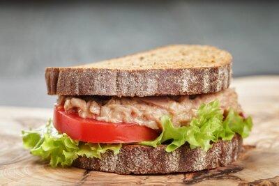 Obraz chleb żytni kanapkę z tuńczykiem i warzywami