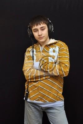 Chłopak ze słuchawkami korzystających z muzyki na czarnym tle