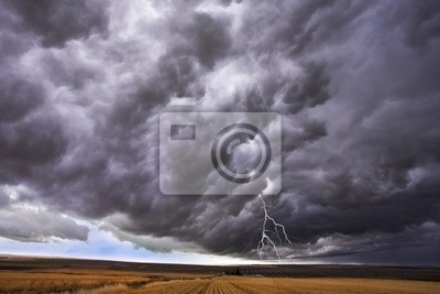 Chmura burzowa i wyżej bezkresnej równinie błyskawica
