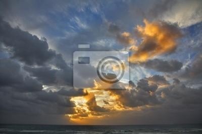 Chmury nad morzem słońce świeciło przez belki na spadek