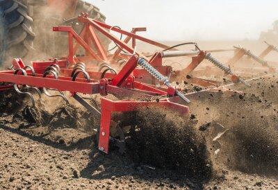 Obraz Ciągnik przygotowuje grunty