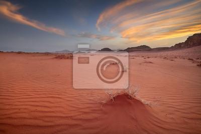 cichy zachód słońca w piaski pustyni Wadi Rum w Jordanii