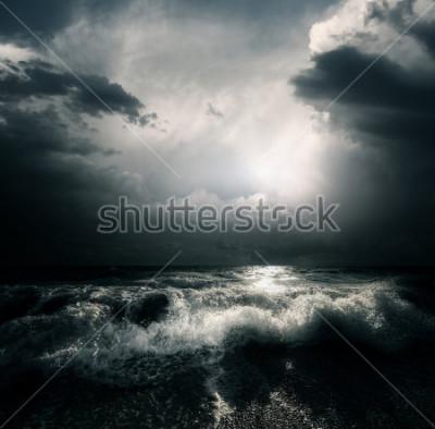 Obraz Ciemne chmury w chmurach i fale na morzu