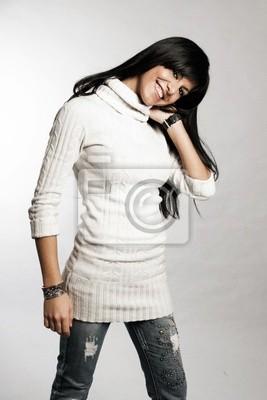 Ciemnowłosa dziewczyna z białym swetrze
