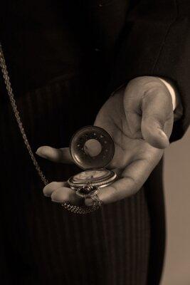 Obraz Close-up z rąk afro amerykański mężczyzny gospodarstwa rocznika timepiec