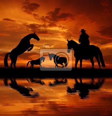 Cowboy sylwetka z koni na zachodzie słońca