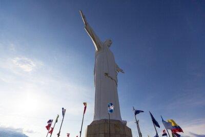 Obraz Cristo del Rey pomnik Cali z flagami świata i błękitne niebo, kol