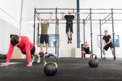Obraz CrossFit grupa trenuje różne ćwiczenia