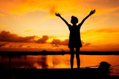 Obraz cute girl odtwarzanie na rzece tle słońca