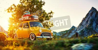 Obraz Cute little samochód retro z walizkami i rowerem na górze idzie cudowna droga wiejska o zachodzie słońca