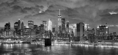 Obraz Czarno-białe zdjęcie panoramiczne Nowego Jorku w nocy.
