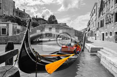 Obraz Czarno-biały z pięknym kanałem w Wenecji z selektywnym koloru na gondoli