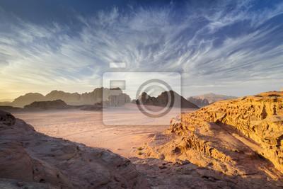 Czas wygaśnięcia z pięknym światłem i niebem na pustyni Wadi Rum w Jordanii