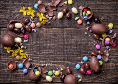 Obraz Czekolada pisanki i słodycze na tle drewnianych
