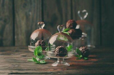 Obraz Czekoladowe cukierki z orzechami, mięty i kakao na winobranie stole