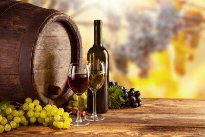 Obraz Czerwone i białe wino butelki i szkło na wodden beczki